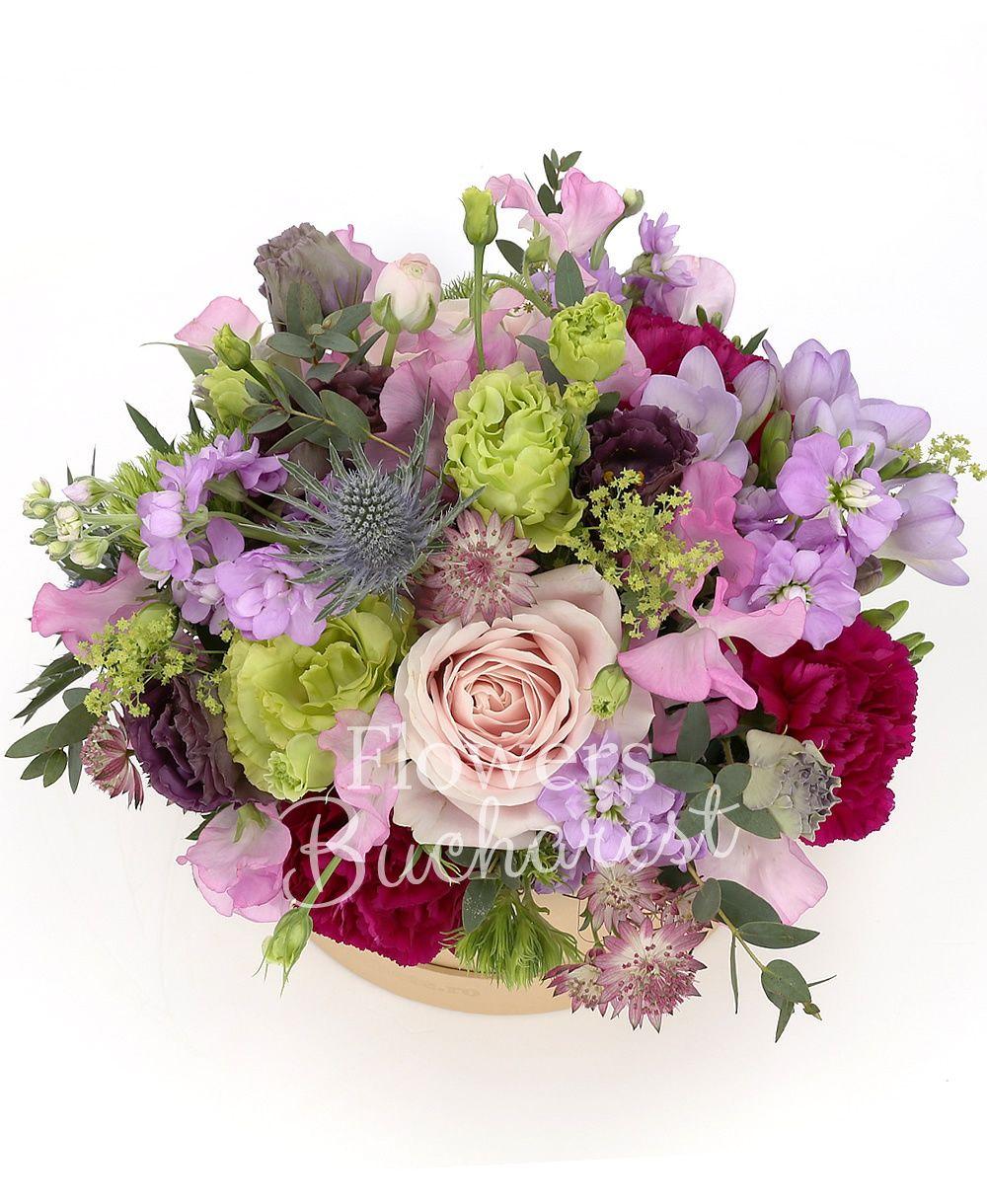3 green lisianthus, 5 mauve matthiola, 3 pink roses, 3 green dianthus, 2 eryngium, 5 astranția, 5 cyclam carnations, 3 pink lisianthus, greenery