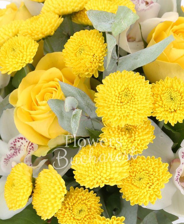 3 trandafiri galbeni, 3 santini galbeni, cymbidium alb, eucalypt, philodendron, salal