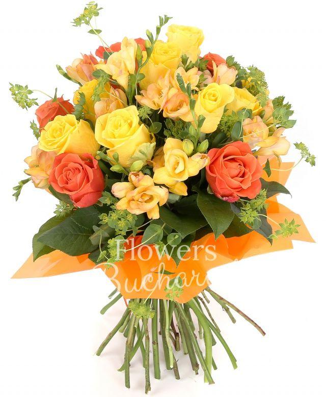 10 trandafiri galbeni, 7 trandafiri portocalii, 10 frezii galbene, bupleurum, salal