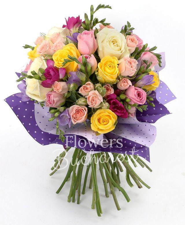 5 trandafiri galbeni, 4 trandafiri albi, 5 trandafiri roz, 5 miniroze roz, 5 frezii cyclam, 5 frezii mov