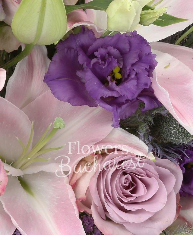10 trandafiri mov, 3 crini roz, 5 lisianthus mov, 3 trachelium mov, 3 eryngium, 5 garofițe roz, coș