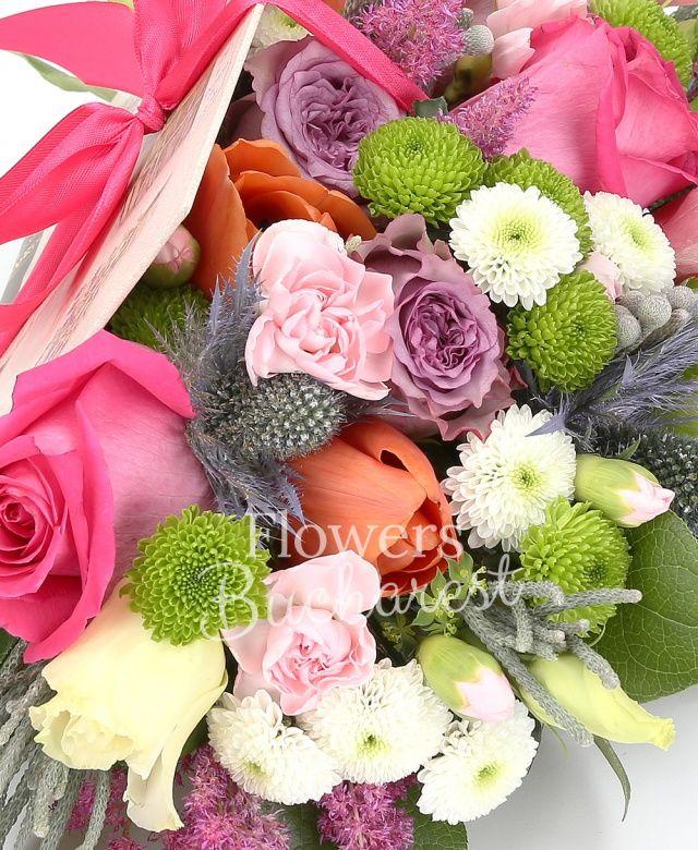 3 trandafiri cyclam, 2 trandafiri mov, 3 lisianthus roz, 2 santini verde, 2 santini alb, eryngium, 3 lalele portocalii, 3 garoafe roz, brunia, astranția roz, salal, carte