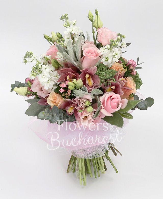5 trandafiri roz, 5 trandafiri crem, 5 mathiolla alba, 3 lisianthus roz, cymbidium grena, 5 bouvardia roz, eucalypt