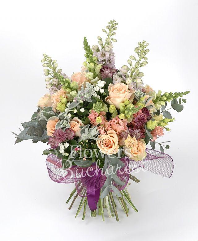 15 trandafiri crem, 3 delphinium, 5 antirrhinum alb, 5 lisianthus roz, 7 bouvardia alba, 5 bouvardia roz, astranția grena, eucalypt