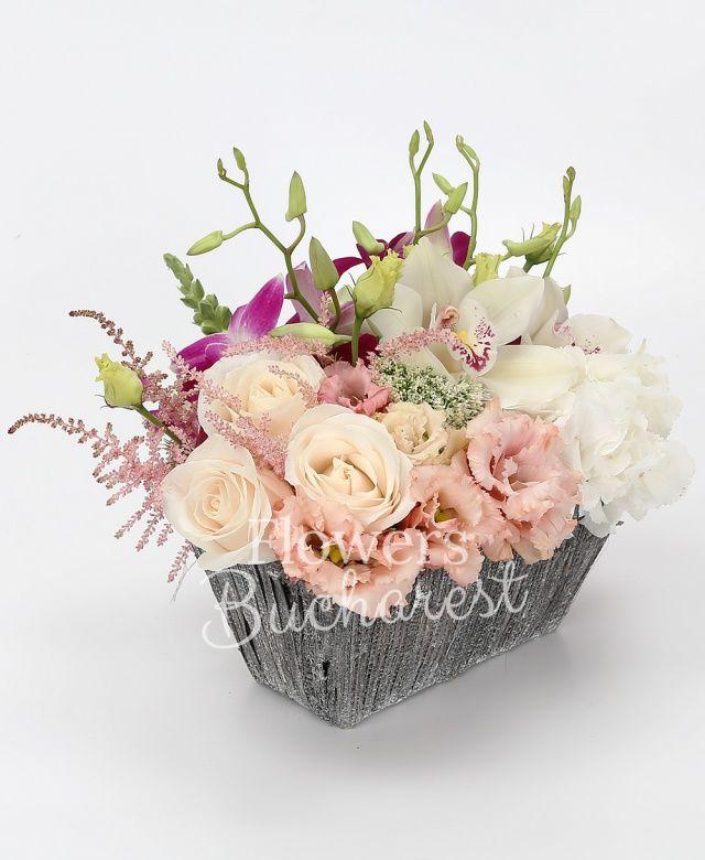 3 trandafiri crem, hortensia alba, 2 lisianthus roz, 3 dendrobium mov, trachelium, cymbidium alb, 3 astilbe roz, coș
