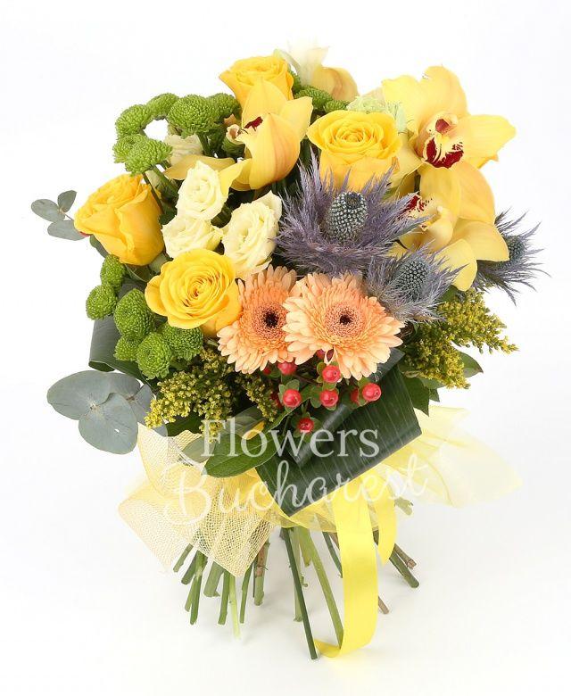5 trandafiri galbeni, 3 gerbera crem, cymbidium galben, 3 santini verde, 5 frezii albe, 2 lisianthus alb, 2 eryngium, 2 solidago, 2 hypericum roșu, aspidistra, eucalypt, salal