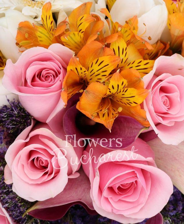 7 trandafiri roz, 7 cale mov, 5 alstroemeria portocalie, 5 trachelium mov, 10 lalele albe, 2 gerbera albe, 3 gerbera roz, beargrass, aspidistra
