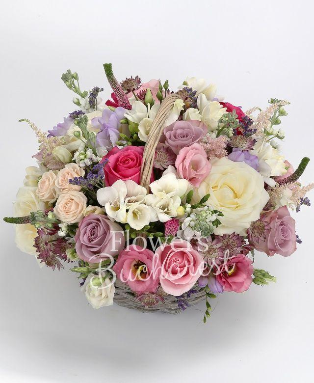 3 trandafiri cyclam, 5 trandafiri mov, 3 trandafiri albi, 2 trandafiri roz, 5 frezii galbene, 5 frezii mov, 5 matthiola alba, 3 lisianthus roz, 2 miniroze crem, 5 veronica roz, 5 astilbe roz, astranția roz, coș