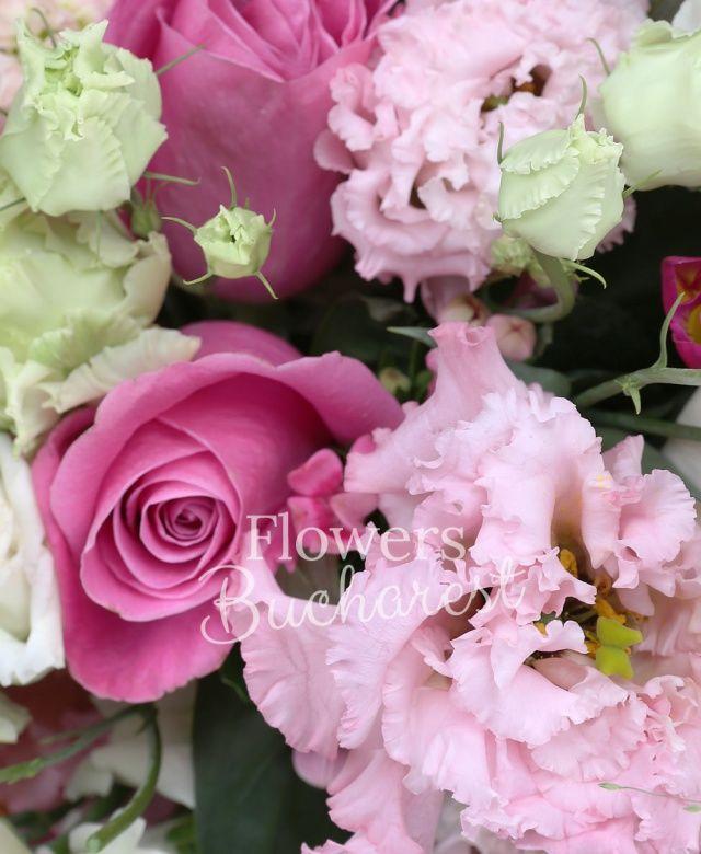 7 trandafiri cyclam, 5 lisianthus roz, 5 bouvardia roz, 5 antirrhinum alb, 5 mathiolla roz, 10 frezii cyclam, astranția roz, senecio, panicum