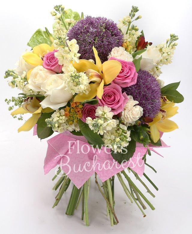5 trandafiri cyclam, 5 trandafiri albi, 9 mathiolla crem, 2 allium, 2 anthurium verde, cymbidium galben, 5 frezii grena, 3 santini verde, 3 gerbera galbenă, asclepias, bupleurum, salal