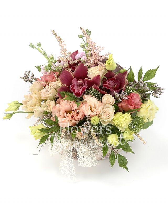 3 lisianthus roz, 2 lisianthus verde, 3 miniroze crem, 2 mathiolla mov, cymbidium grena, 3 astilbe roz, tillandsia, cutie