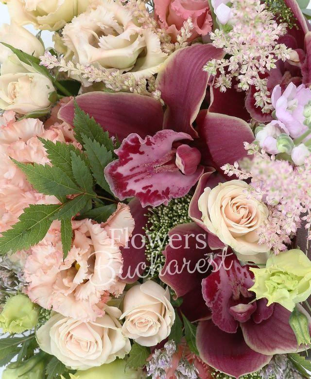 2 lisianthus roz, 2 lisianthus verde, 2 miniroze crem, 2 mathiolla mov, cymbidium grena, 2 astilbe roz, tillandsia, cutie