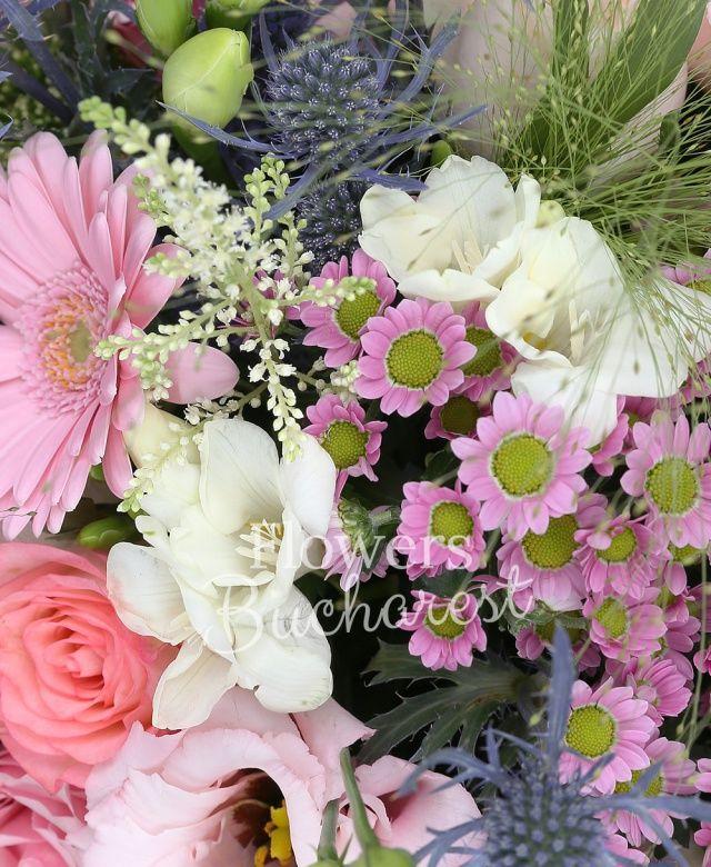 7 trandafiri roz, 5 gerbera roz, 3 cale mov, 3 santini roz, 3 lisianthus roz, 10 frezii albe, 3 eryngium, 5 veronica mov, 3 trachelium alb, panicum, ruscus, aralia