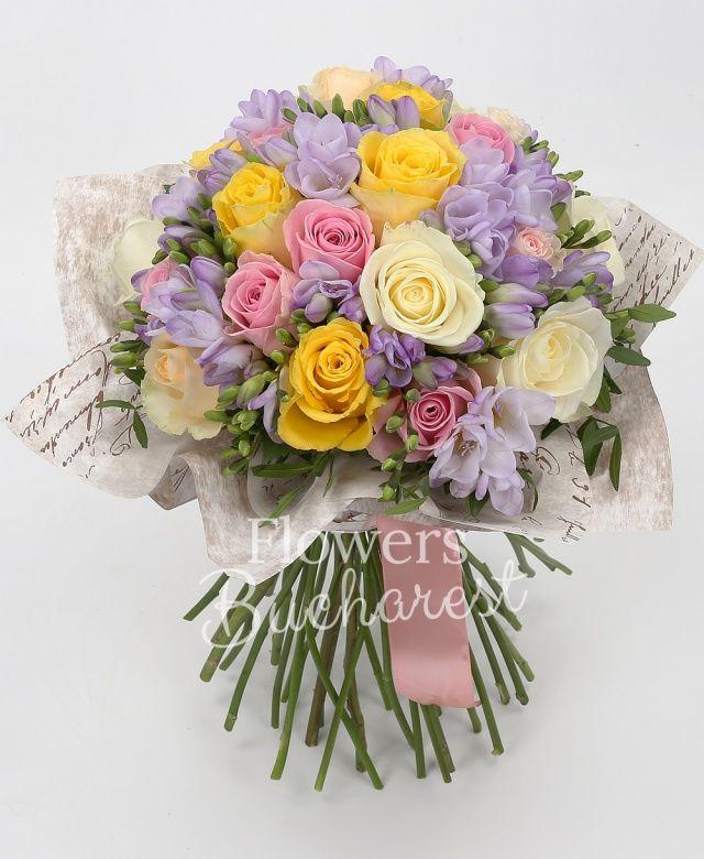 5 trandafiri galbeni, 5 trandafiri albi, 5 trandafiri roz, 5 trandafiri crem, 20 frezii mov