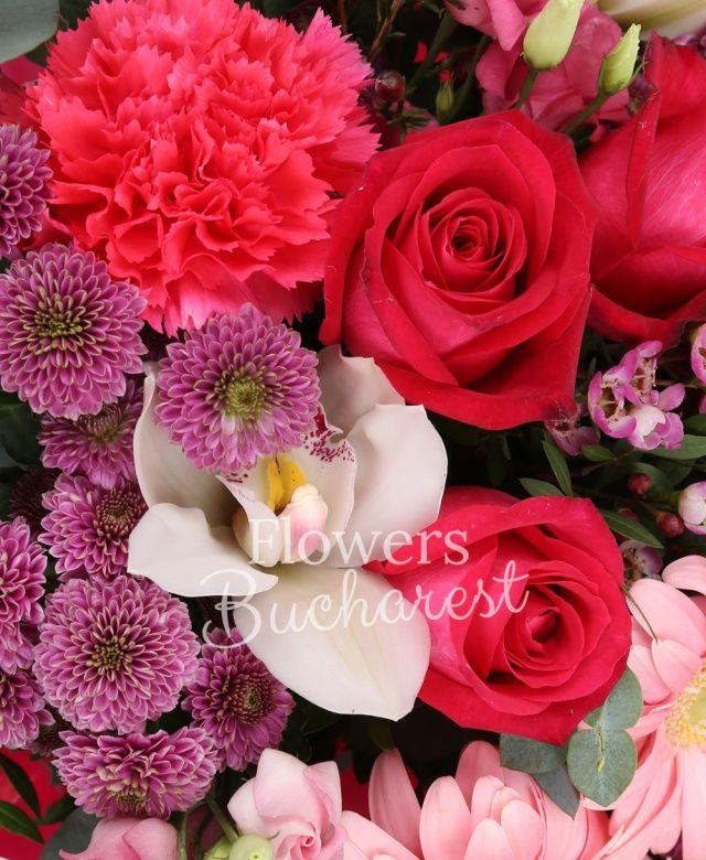 4 trandafiri cyclam, 4 gerbera roz, 4 santini roz, 2 lisianthus roz, 2 garoafe cyclam, cymbidium alb, eucalypt
