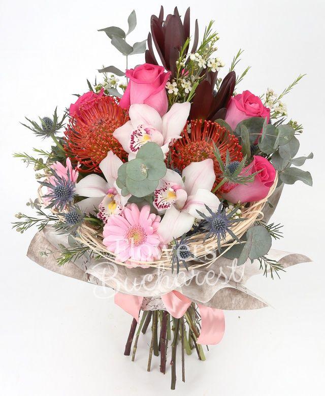 4 trandafiri cyclam, 2 leucadendron, 2 leucospermum, cymbidium alb, 2 gerbera roz, 2 eryngium, waxflower alb, eucalypt, cuib
