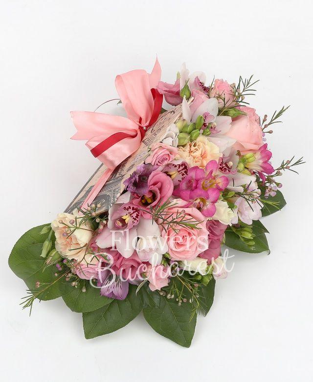 2 trandafiri roz, 2 miniroze roz, 2 garoafe crem, 4 frezii cyclam, 2 alstroemeria mov, cymbidium alb, 2 lisianthus roz, waxflower roz, salal, carte