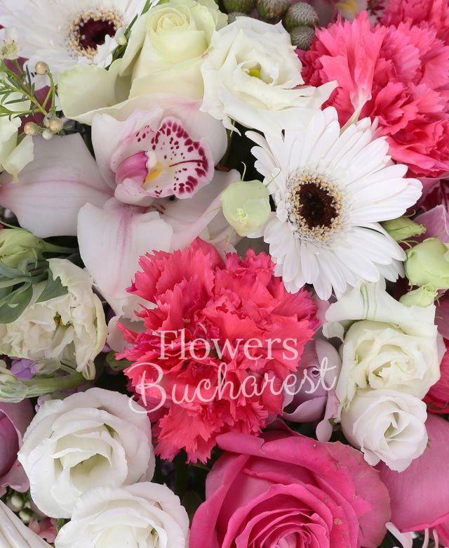 3 trandafiri cyclam, 3 trandafiri mov, 3 trandafiri roz, 3 gerbera alba, 5 garoafe cyclam, 3 lisianthus alb, 3 mathiolla mov, cymbidium roz, cymbidium alb, brunia, 2 crizanteme roz, eucalypt, waxflower, coș