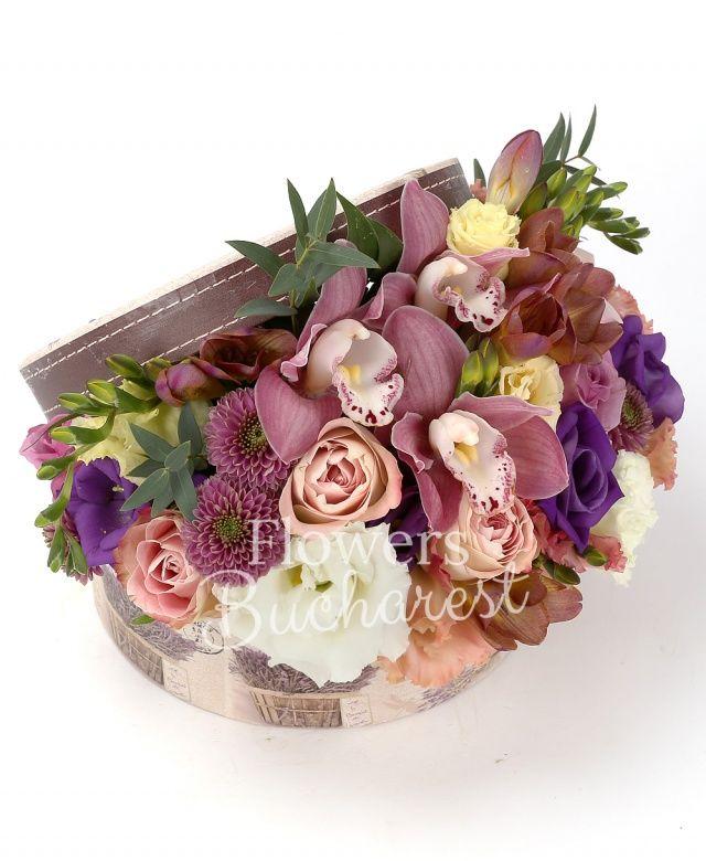 3 trandafiri roz, 3 trandafiri mov, 2 lisianthus roz, 2 santini mov, 5 frezii grena, 1 lisianthus alb, 1 lisianthus mov, cutie