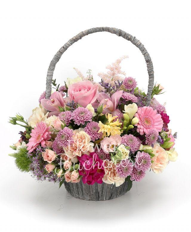 2 trandafiri roz, 4 miniroze roz, 4 crizanteme mov, 4 gerbera roz, 4 garoafe crem, 2 lisianthus roz, 2 astilbe roz, 4 frezii albe, 4 gerbera roz, 4 frezii cyclam, 4 garoafe verzi, astranția roșie, 2 allium, statice, coș
