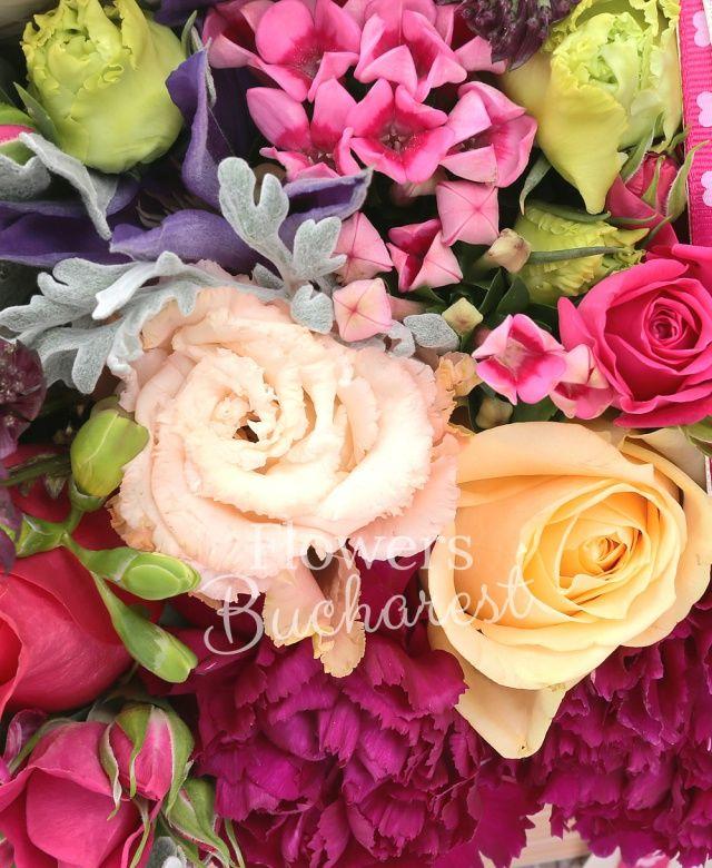 3 trandafiri cyclam, 1 miniroza cyclam, 2 trandafiri crem, 3 frezii cyclam, 2 bouvardia roz, 3 garoafe grena, 1 lisianthus roz, 1 astranția roșie, 3 brunia, 2 clematis, eucalypt, senecio, tillandsia, carte