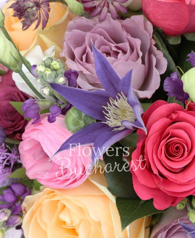6 trandafiri crem, 5 trandafiri cyclam, 5 trandafiri mov, 5 trandafiri lila, 9 matthiola mov, 5 astranția rosii, 3 lisianthus roz, 3 lisianthus alb, 10 ranunculus roz, 3 clematis, 2 lisianthus mov, 3 liatris mov, salal