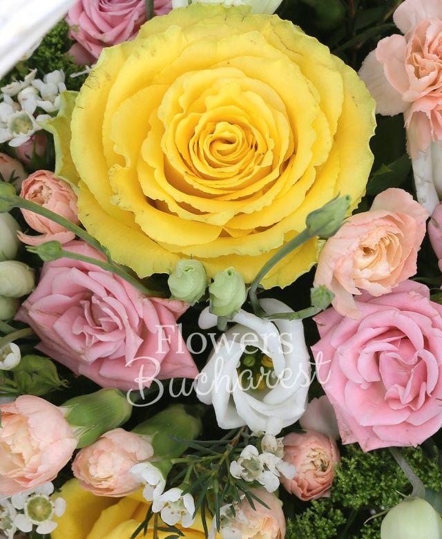 4 trandafiri galbeni, 4 lisianthus roz, 4 miniroze roz, 2 lisianthus alb, 2 waxflower alb, 2 trachelium alb,4 minigaroafe roz, salal, coș