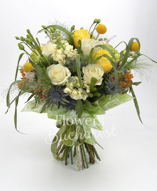 9 trandafiri albi, 5 trandafiri galbeni, 5 craspedia, 5 lisianthus verde, 5 matthiola crem, 5 astilbe roz, 5 asclepias portocalii, 3 eryngium, 5 panicum, brunia, salal