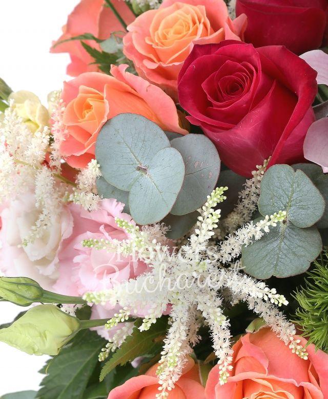9 trandafiri miss piggy, 5 trandafiri cyclam, 5 bouvardia roz, 5 matthiola crem, 3 lisianthus roz, 5 astilbe albe, 5 garoafe verzi, cymbidium roz, eucalypt, salal