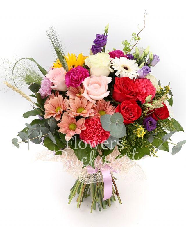 3 trandafiri rosii, 3 trandafiri roz, 3 trandafiri albi, 2 crizanteme roz, 3 garoafe cyclam, 3 garoafe roz, 2 crizanteme crem, 2 lisianthus mov, 3 gerbera albe, gerbera galbenă, 5 fire grâu, 2 solidago, crizantemă santini lila margaretă, eucalypt, salal