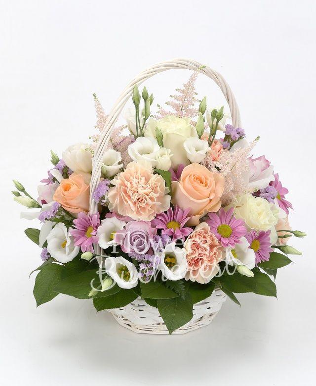3 trandafiri albi, 5 trandafiri crem, 5 garoafe crem, 3 crizanteme lila, 5 lisianthus alb, cymbidium, 5 trandafiri mov, 3 astilbe roz, 3 statice lila, salal, coș