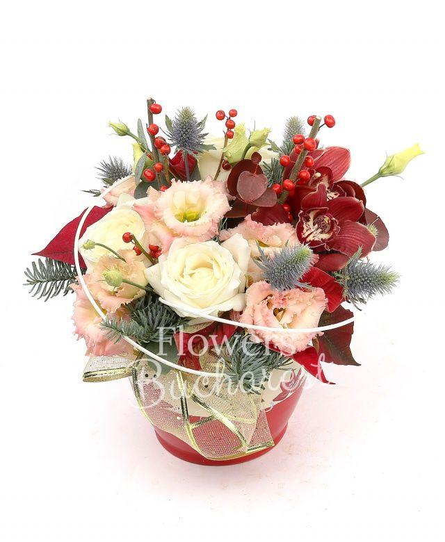2 trandafiri albi, 1 cymbidium grena, 2 lisianthus roz, ilex, eryngium, poinsettia, brad, curly, vas ceramic