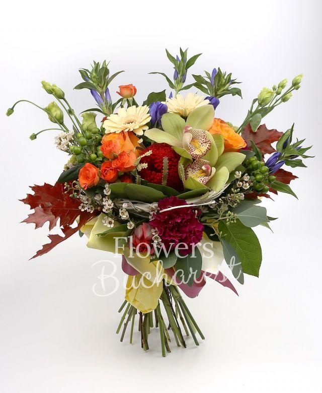 5 gențiane albastră, 3 trandafiri portocalii, 3 gerbera crem, 3 miniroze portocalii, 3 lisianthus verde, 3 hypericum verde, 3 dianthus cyclam, 3 lalele rosii, waxflower, eucalypt, salal, cuib