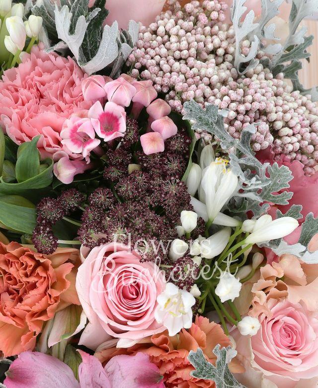 5 trandafiri roz, 7 garoafe, 5 alstroemeria, 2 sticky, 5 agapantus alb, 3 lisianthus roz, 5 bouvardia, ammi, tillandsia, carte