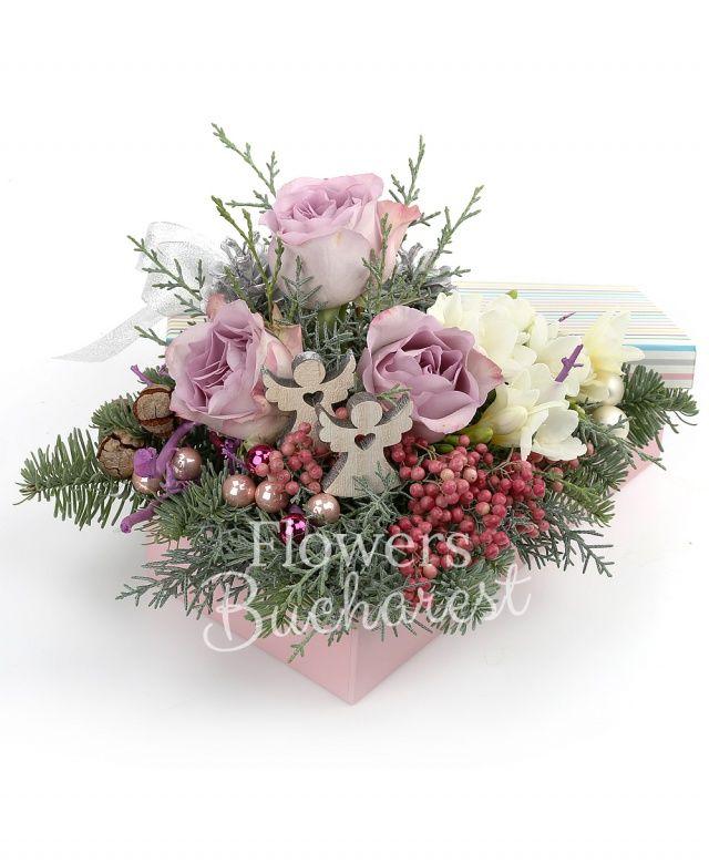 3 trandafiri mov, 10 frezii albe, conuri brad, piper decorativ, globuri, brad, 2 îngeri lemn, cutie