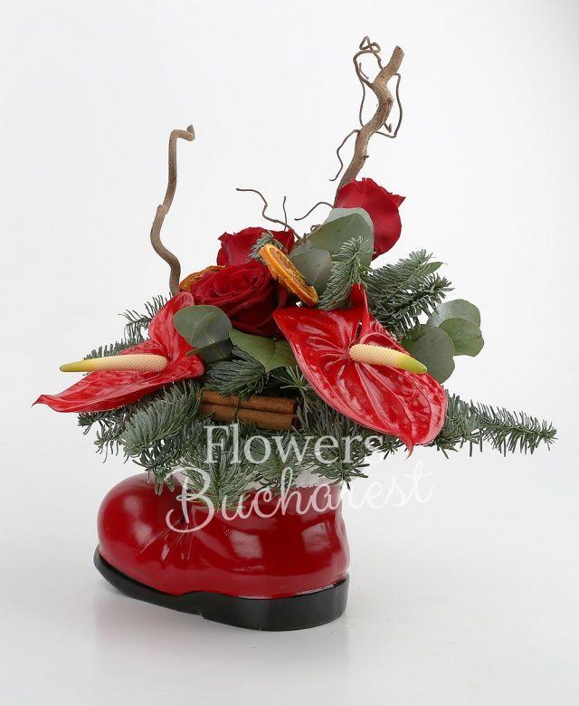3 trandafiri rosii, 2 anthurium rosii, corylus, felii portocale decor, branch ball, scorțișoară, 2 globuri, brad, salal, vas gheața