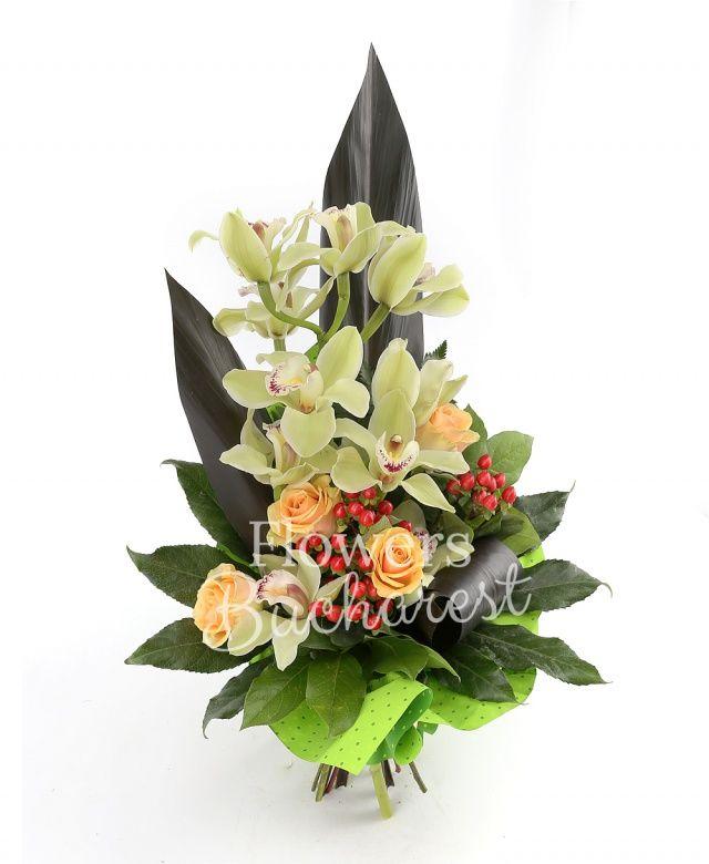 5 trandafiri crem, cymbidium verde, 3 hypericum roșu, black tide, aspidistra, salal, aralia