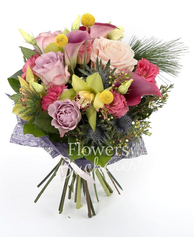 3 trandafiri mov, 2 trandafiri roz, 3 cale mov, 3 lisianthus roz, 2 eryngium, 3 craspedia, cymbidium verde, waxflower alb, pin, aspidistra, aralia, salal
