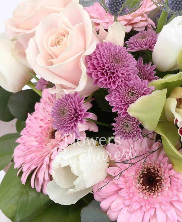 3 trandafiri roz, 2 gerbera roz, 5 lalele albe, 2 santini roz, 2 eryngium, cymbidium verde, eucalypt, salal, cuib