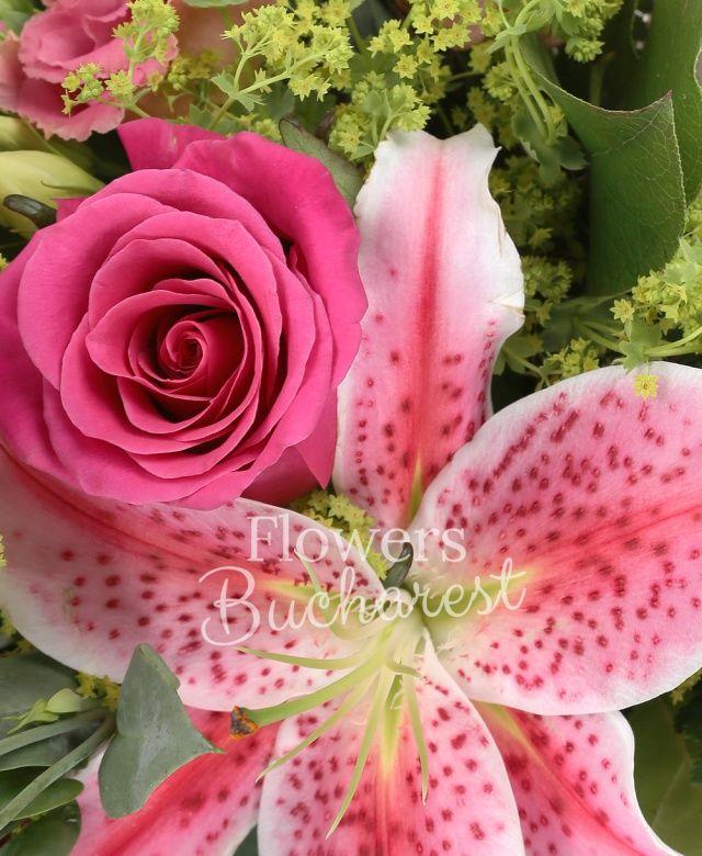 3 trandafiri roz, 3 lisianthus roz, 1 crin, bupleurum, salal, cuib