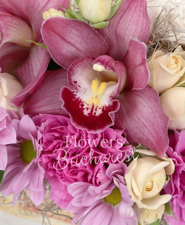 2 cymbidium roz, 2 trandafiri peach avalanche, 2 miniroze, 3 garoafe, 1 crizantemă roz, tillandsia, cutie