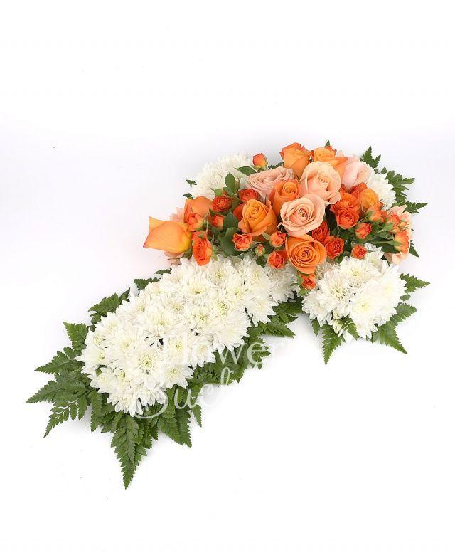 30 crizanteme albe, 7 miniroze portocalii, 7 trandafiri portocalii, 6 trandafiri banan, ferigă, suport cruce