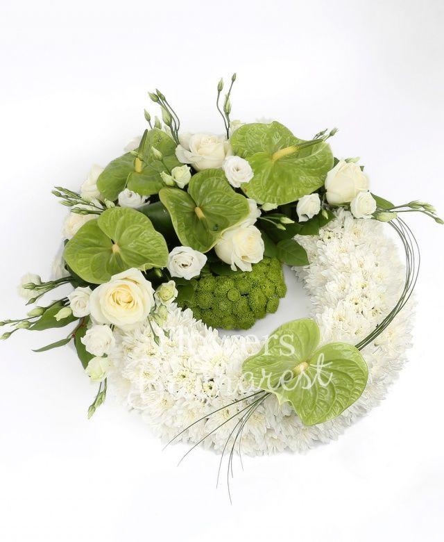 30 crizanteme albe, 10 santini verde, 5 trandafiri albi, 7 trandafiri albi, 5 anthurium verde, 6 lisianthus alb, aspidistra, salal, beargrass, suport colac