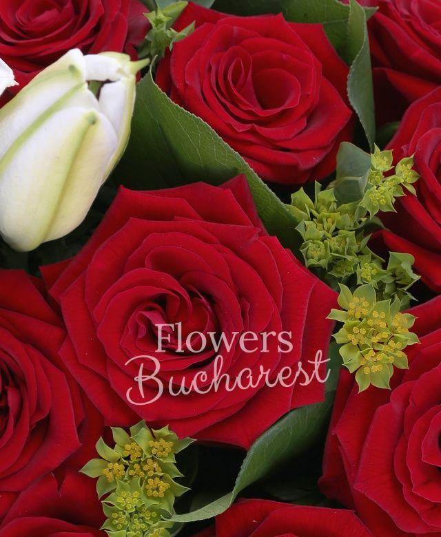 36 trandafiri rosii, crin alb, bupleurum, beargrass, eucalypt, salal