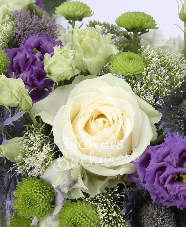 10 trandafiri albi, 10 eryngium, 10 trachelium alb, 10 trachelium mov, 10 lisianthus mov, 10 lisianthus alb, 15 santini, suport burete