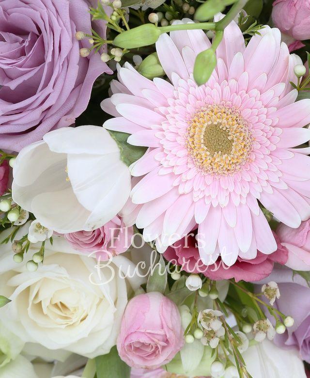5 alstroemeria roz, 10 lalele albe, 5 gerbera roz, 5 trandafiri mov, 5 trandafiri albi, 5 lisianthus roz, 5 minirose roz, 5 orhidee dendrobium alb, waxflower, coș