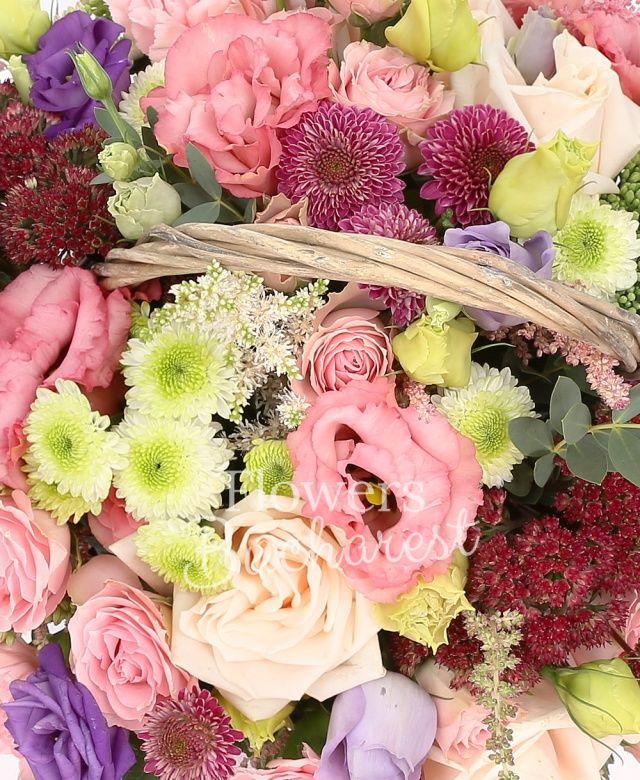 5 lisianthus roz, 2 lisianthus mov, 3 trandafiri crem, 5 astilbe roz, 3 santini alb, 2 santini roz, 2 sedum, 3 astilbe rosii, 8 garoafe roz, coș