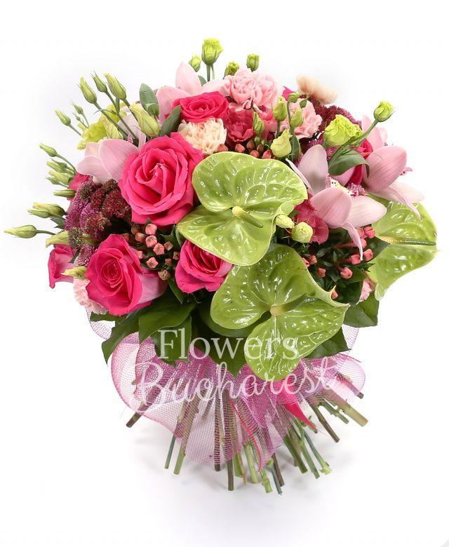 2 antirrhinum, 8 trandafiri roz, 4 lisianthus verde, 4 lisianthus roz, 4 sedum, 4 garoafe crem, 4 garoafe roz, 5 bouvardia, 4 santini roz, cymbidium roz, salal, ferigă