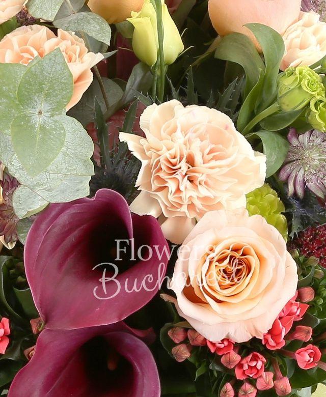 5 trandafiri crem, 5 garoafe crem, 5 cale rosii, 5 lisianthus verde, 3 alstroemeria, 5 bouvardia, 3 eryngium, 3 lisianthus roz, 3 sedum, 3 gerbera crem, eucalypt, aspidistra, salal