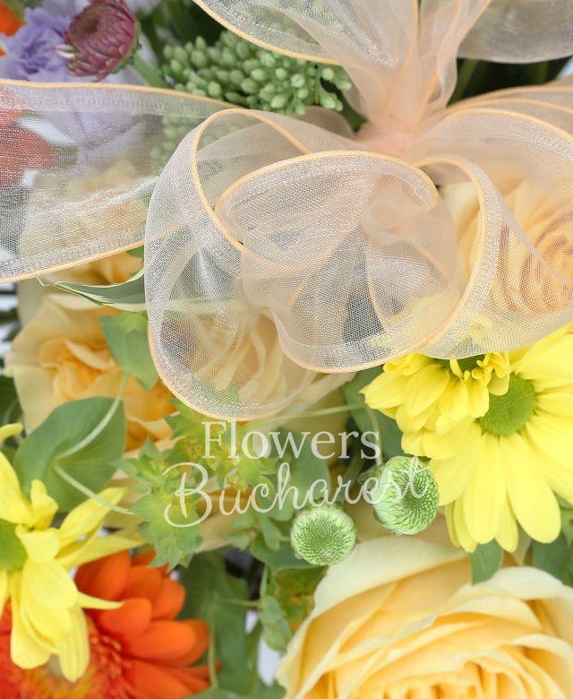 3 trandafiri galbeni, 2 gerbera portocalii, 2 santini alb, 2 miniroze roz, 2 lisianthus mov, 3 astranția, 3 sedum, bupleurum, coș